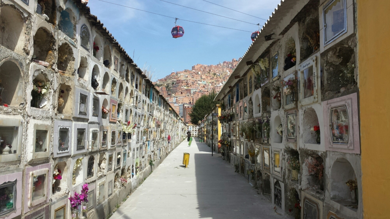 The Mi Telerifico cable car (public transport) just cruises straight over the top of the cemetery.